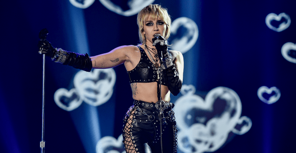 EL COVER DE MILEY CYRUS DE 'FADE INTO YOU' QUE CAUSÓ SENSACIÓN EN EL SUPERBOWL (VIDEO)